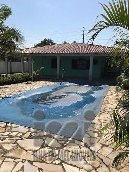 Casa com piscina na faixa do mar