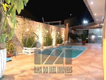 Casa com piscina no centro de Ipanema.