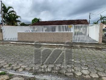 Casa com espaço de terreno amplo no Guarapari