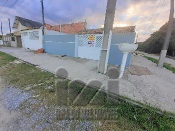 Casa de esquina á 450 metros do mar no Costa Azul!