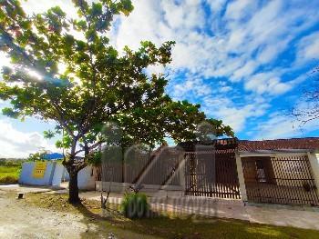 Casa com terreno e piscina perto do mar Matinhos