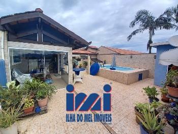 Casa de alvenaria com piscina no terraço
