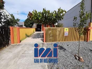 Casa com três dormitórios e piscina em Guaratuba!