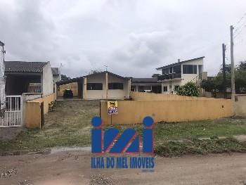 Casa com 2 dormitórios e espaço de terreno